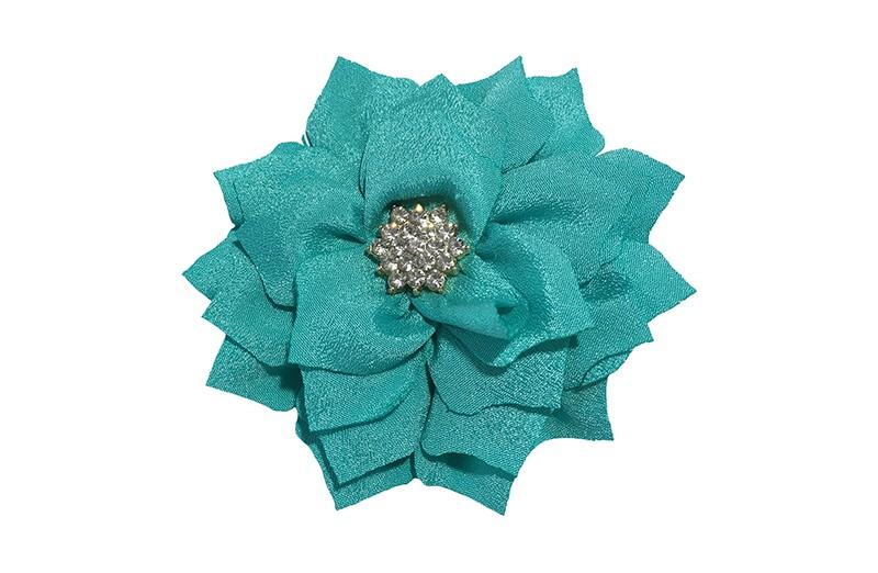 Vrolijke stoffen haarbloem in zeemeermin groen. In leuk laagjesmodel. Met zilveren strass/parel.  Op een platte haarknip bekleed met zee groen lint.