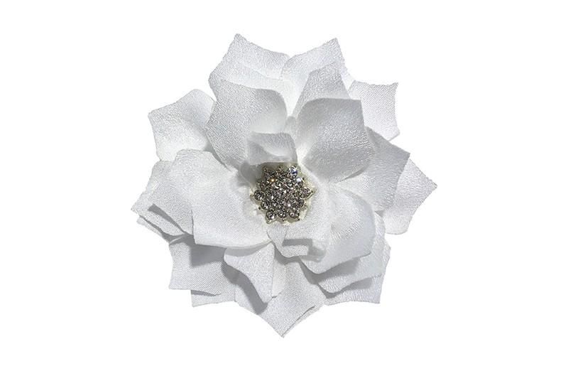 Vrolijke witte stoffen haarbloem.  In leuk laagjesmodel.  Met zilveren strass/parel.  Op een platte haarknip bekleed met wit lint.