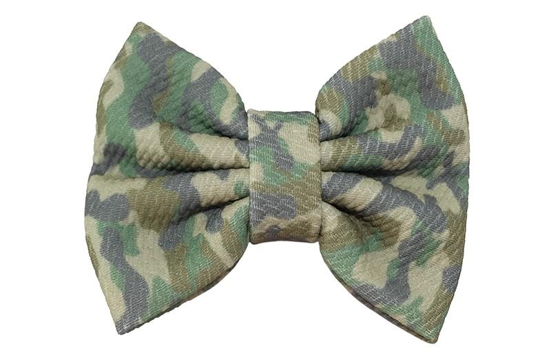 Vrolijke extra grote stoffen haarstrik. Met een lichte camouflageprint.  Op een handige haarknip met kleine tandjes van ongeveer 5.5 centimeter.