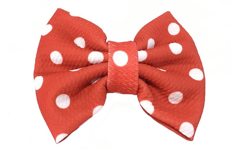 Vrolijke extra grote rode stoffen haarstrik met witte stippels.  Op een handige haarknip met kleine tandjes van ongeveer 5.5 centimeter.