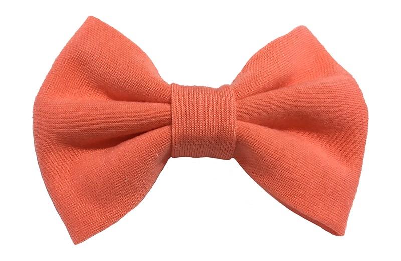 Leuke licht oranje zacht stoffen haarstrik. De strik is ongeveer 9 centimeter breed. Op een handige alligatorknip van 4.5 centimeter.