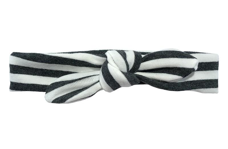 Lief smal peuter kleuter haarbandje donker grijs met witte streepjes.   Van zachte rekbare stof. Geschikt vanaf ongeveer 3 jaar tot en met ongeveer 6 jaar.  Geknoopt in een leuk modelletje.  Het haarbandje is ongeveer 3 centimeter hoog.