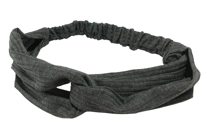 Leuk donker grijs stoffen twist haarbandje.  Van zachte rekbare streepjes stof. Geknoopt in vrolijk twist modelletje.  Het haarbandje is geschikt voor grotere meisjes vanaf ongeveer 7 jaar, tieners, dames.