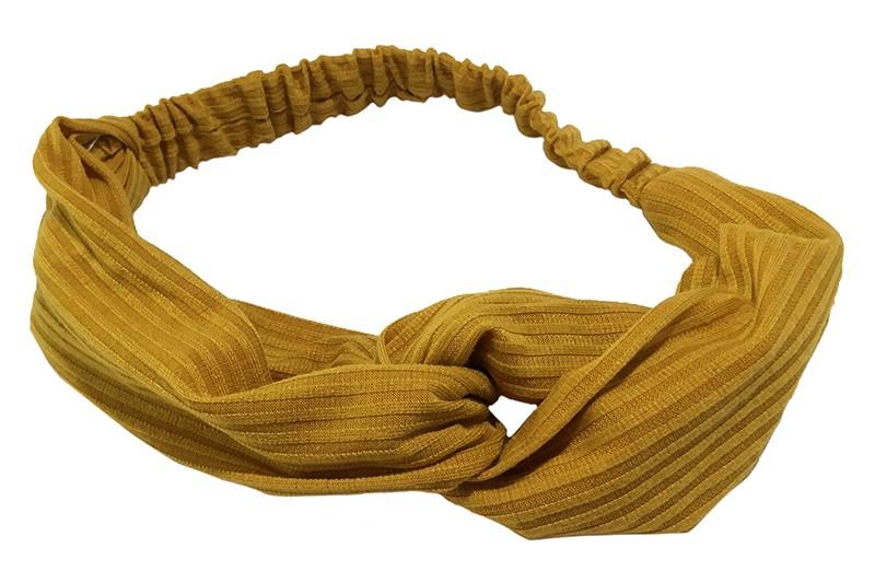Leuk goud geel stoffen twist haarbandje.  Van zachte rekbare streepjes stof. Geknoopt in vrolijk twist modelletje.  Het haarbandje is geschikt voor grotere meisjes vanaf ongeveer 7 jaar, tieners, dames.