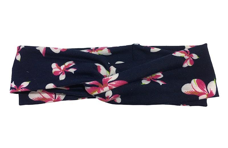 Vrolijk donker blauw twist haarbandje met roze Bloemmotiefjes.  Van goed rekbare zachte stof in een leuk twitmodel geknoopt. Geschikt voor kleuter, iets grotere meisjes, tieners.  Het haarbandje is ongeveer 5.5 centimeter breed en niet uitgerekt ongeveer 21 centimeter.
