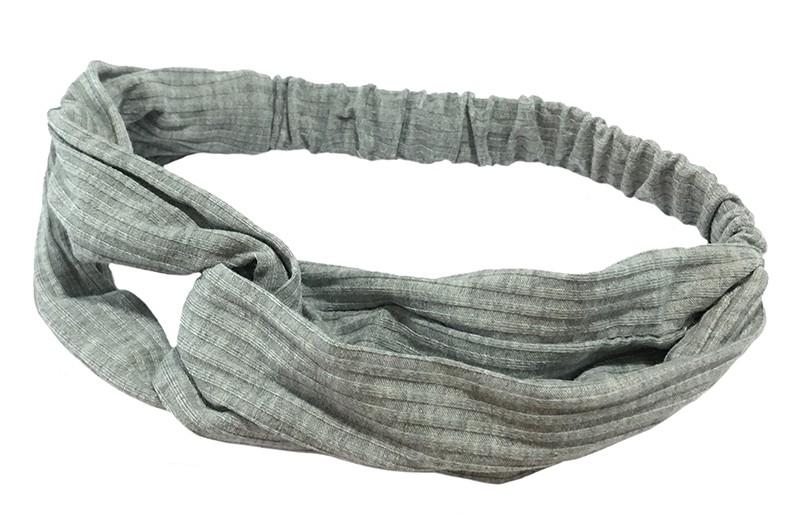 Leuk licht grijs stoffen twist haarbandje.  Van zachte rekbare streepjes stof. Geknoopt in vrolijk twist modelletje.  Het haarbandje is geschikt voor grotere meisjes vanaf ongeveer 7 jaar, tieners, dames.