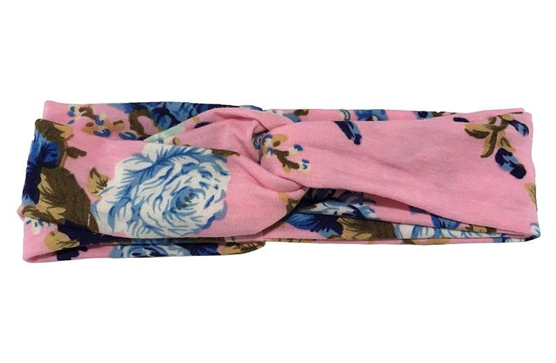 Vrolijk licht roze twist haarbandje met blauwe bloemmotiefjes. Van goed rekbare zachte stof in een leuk twitmodel geknoopt. Geschikt voor kleuter, iets grotere meisjes, tieners.  Het haarbandje is ongeveer 5.5 centimeter breed en niet uitgerekt ongeveer 21 centimeter.