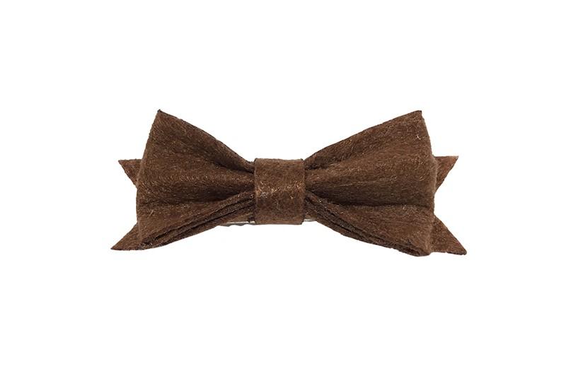 Schattig klein chocolade bruin vilten haarstrikje.  Lief in de haartjes van klein tot groter door het handige alligator knipje is het makkelijk in de haarlokjes te zetten.  Het knipje is ongeveer 4 centimeter.