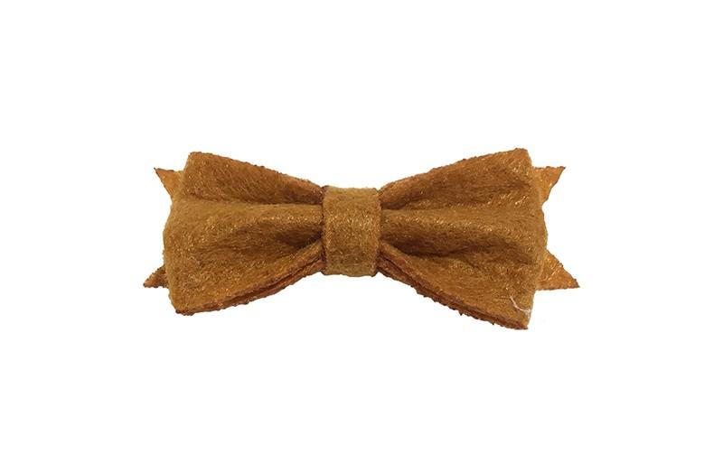 Schattig klein cognac bruin vilten haarstrikje.  Lief in de haartjes van klein tot groter door het handige alligator knipje is het makkelijk in de haarlokjes te zetten.  Het knipje is ongeveer 4 centimeter.