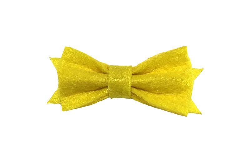 Schattig klein geel vilten haarstrikje.  Lief in de haartjes van klein tot groter door het handige alligator knipje is het makkelijk in de haarlokjes te zetten.  Het knipje is ongeveer 4 centimeter.