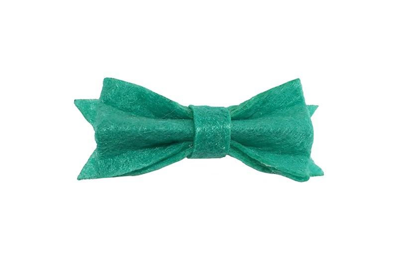 Schattig klein jade groen vilten haarstrikje.  Lief in de haartjes van klein tot groter door het handige alligator knipje is het makkelijk in de haarlokjes te zetten.  Het knipje is ongeveer 4 centimeter.