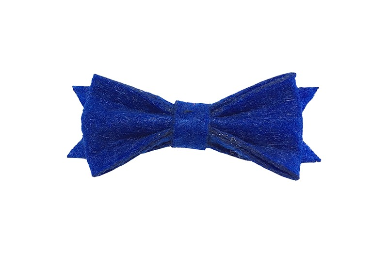 Schattig klein donker kobalt blauw vilten haarstrikje.  Lief in de haartjes van klein tot groter door het handige alligator knipje is het makkelijk in de haarlokjes te zetten.  Het knipje is ongeveer 4 centimeter.