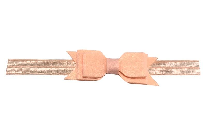 Vrolijk zalmroze baby peuter haarbandje met dubbellaags vilten strikje.  Het haarbandje is van rekbaar elastiek daardoor geschikt tot ongeveer 2 a 3 jaar.  Het vilten strikje is ongeveer 9 centimeter breed.