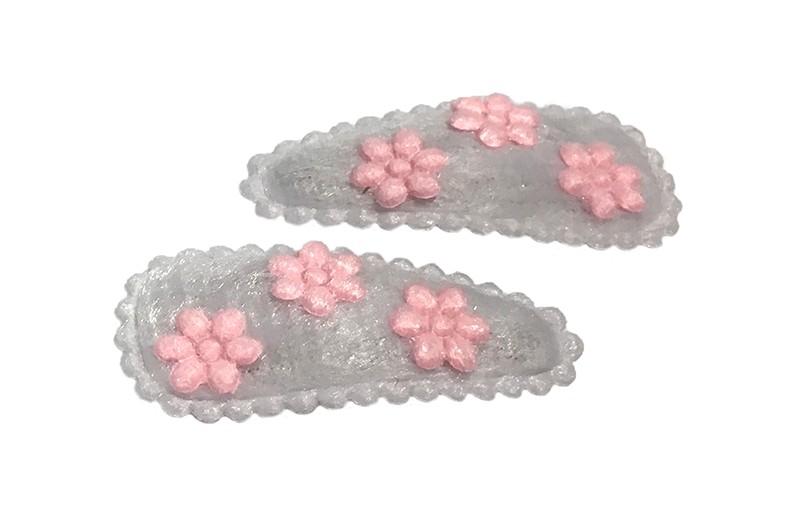 Schattig setje van 2 zachte witte baby peuter haarspeldjes. Met op elk 3 kleine licht roze bloemetjes.
