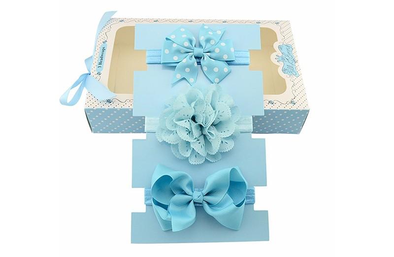 Haarbandje kado doen is altijd leuk!  Dit blauwe setje bestaat uit: 1 blauw baby haarbandje met grote blauwe strik. 1 blauw baby haarbandje met grote lichtblauwe bloem in kantlook. 1 blauw baby haarbandje met grote fel blauwe strik met witte stippeltjes.  Tip: leuk als kraamcadeautje!