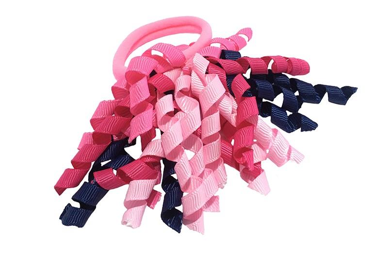 Vrolijk roze elastiek met gekrulde lintjes in donkerblauw en verschillende roze kleurtjes.  Met deze leuke elastieken altijd en heel makkelijk een vrolijk kapsel. Ook leuk per twee stuks.