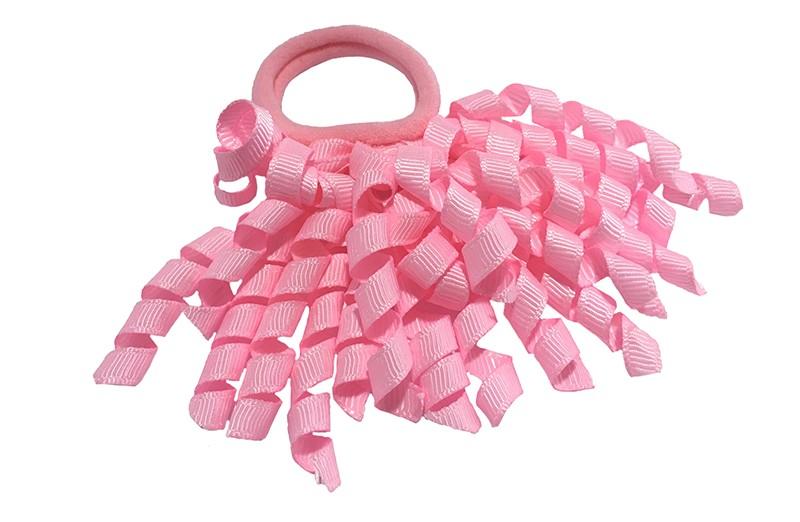 Vrolijk licht roze elastiek met gekrulde licht roze lintjes.  Met deze leuke elastieken altijd en heel makkelijk een vrolijk kapsel. Ook leuk per twee stuks.
