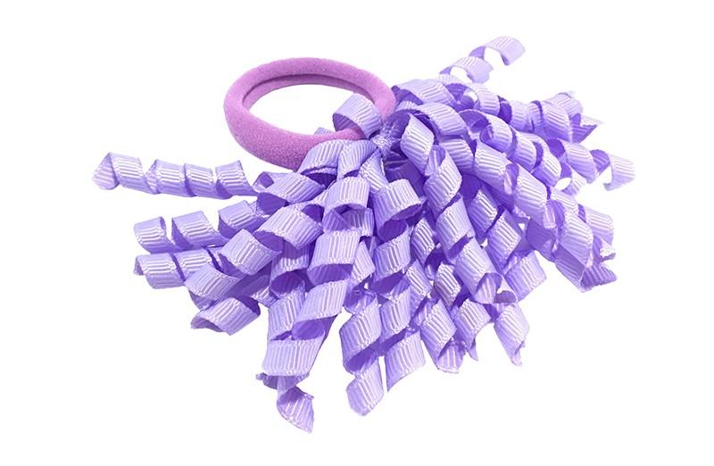 Vrolijk paars elastiek met gekrulde lila paarse lintjes.  Met deze leuke elastieken altijd en heel makkelijk een vrolijk kapsel. Ook leuk per twee stuks.
