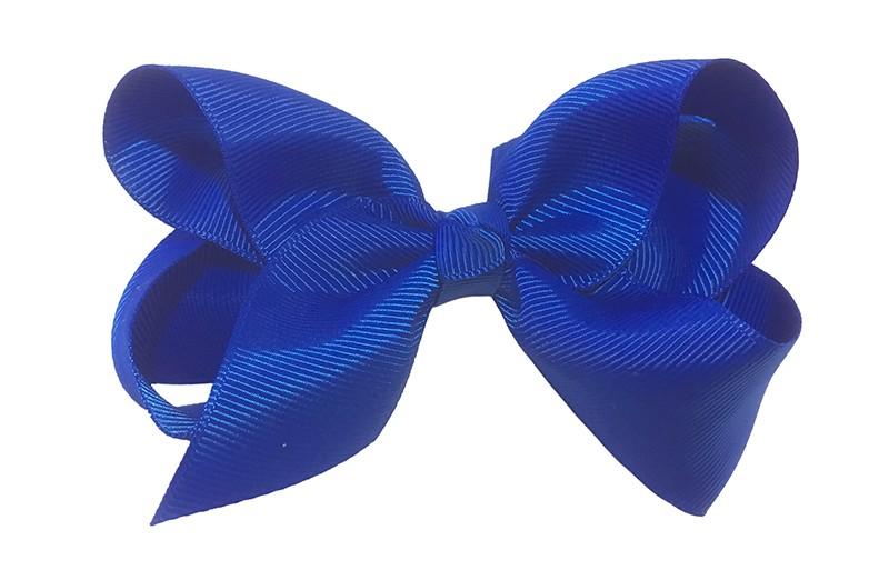 Leuke grote kobalt blauwe meisjes haarstrik van lint. Op een platte haarknip van 4.5 centimeter bekleed met lint. De strik heeft een afmeting van ongeveer 10 centimeter.