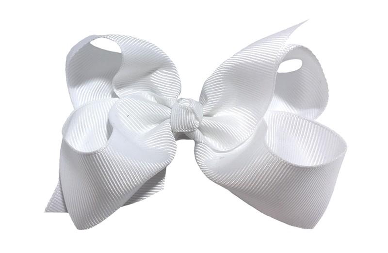 Leuke grote effen witte meisjes haarstrik van lint. Op een platte haarknip van 4.5 centimeter bekleed met wit lint. De strik heeft een afmeting van ongeveer 10 centimeter.