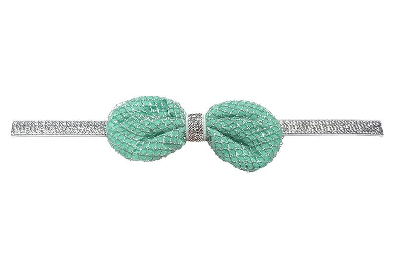 Vrolijk zilver glinsterend baby / peuter haarbandje.  Met een mint groen stoffen strikje, bekleed met een zilver gehaakt patroontje.  Het haarbandje is afgewerkt met een smal zilveren bandje. Niet uitgerekt is het haarbandje19.5 centimeter.