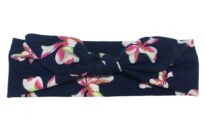 Vrolijk donkerblauw zacht stoffen baby peuter haarbandje met roze witte bloemen motiefjes.  Het haarbandje is van zachte rekbare stof, geknoopt in een leuk modelletje.