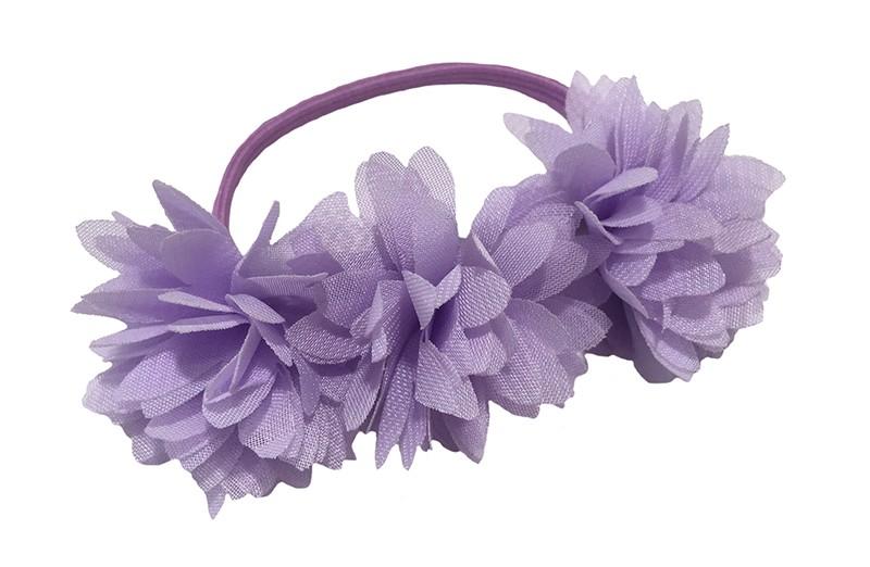 Schattige lila paars haarelastiek/knotbandje met 3 lila paarse chiffon bloemen. Leuk in de haartjes van de meiden bij een leuk vrolijk knotje bijvoorbeeld.  Het elastiekje heeft een doorsnee van ongeveer 5.5 centimeter.