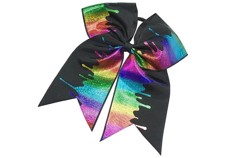 Grote zwarte haarelastiek met extra grote zwarte strik.  Op de strik een vrolijk gekleurd 'verf' dessin.  Extra groot formaat.