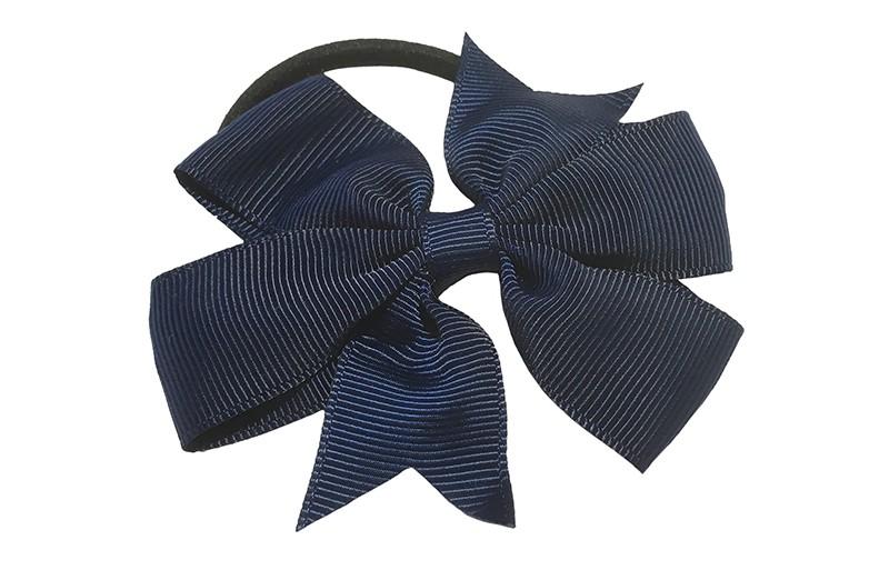 Stevige zwarte haarelastiek met mooie donkerblauwe strik. Leuk in allerlei peuter en kleuter kapseltjes.