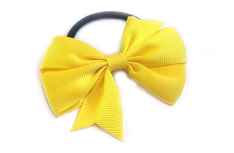 Stevige zwarte haarelastiek met mooie gele strik. Leuk in allerlei peuter en kleuter kapseltjes.