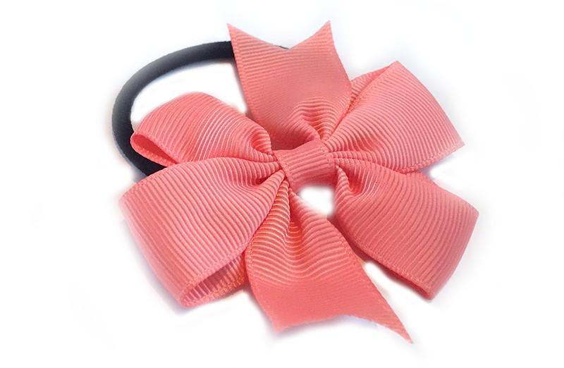 Stevige zwarte haarelastiek met mooie koraal roze strik. Leuk in allerlei peuter en kleuter kapseltjes.