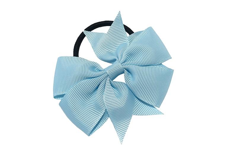 Stevige zwarte haarelastiek met mooie licht blauwe strik. Leuk in allerlei peuter en kleuter kapseltjes.