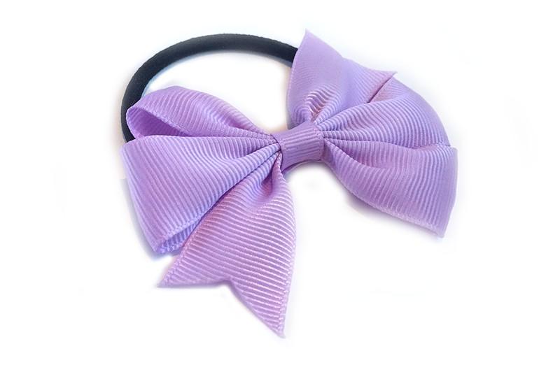 Stevige zwarte haarelastiek met mooie lila strik. Leuk in allerlei peuter en kleuter kapseltjes.
