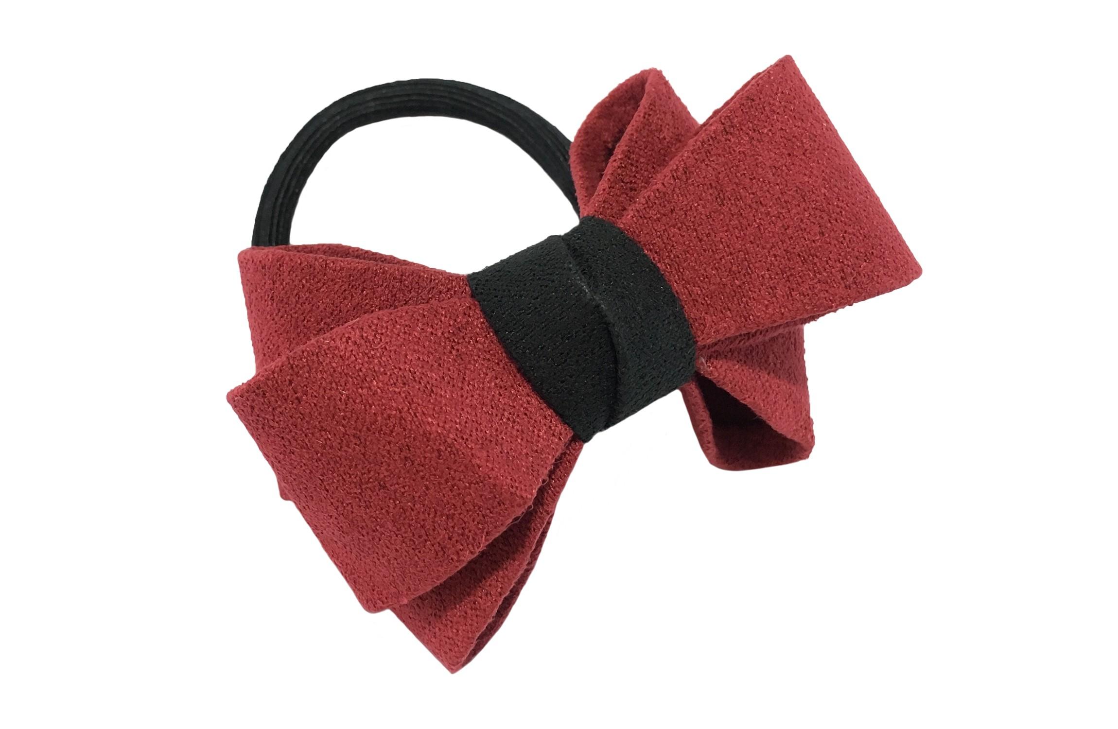 Mooie luxe (bordeaux) rode haar elastiek met zwart accent. Dubbel gestrikt van verstevigde stof. Leuk voor de iets grotere meisjes.