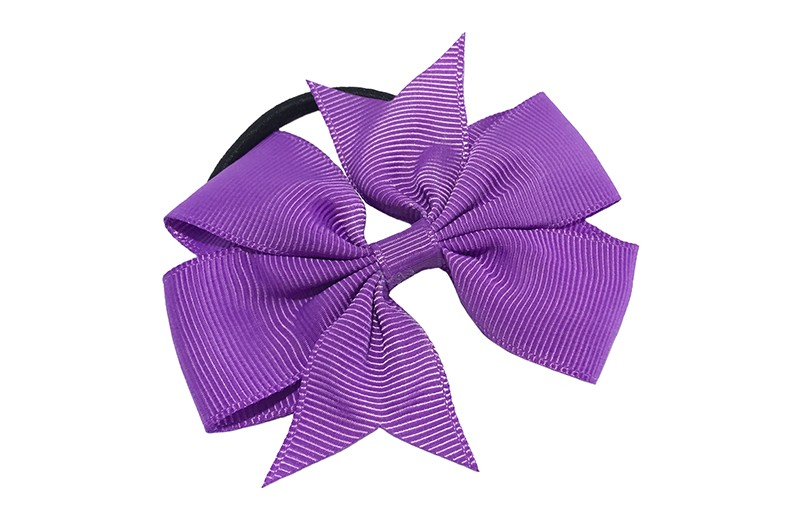 Stevige zwarte haarelastiek met mooie paarse strik. Leuk in allerlei peuter en kleuter kapseltjes.