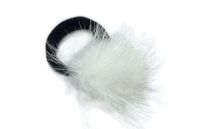 Schattig zwart haarelastiekje met een fluffie wit bolletje.