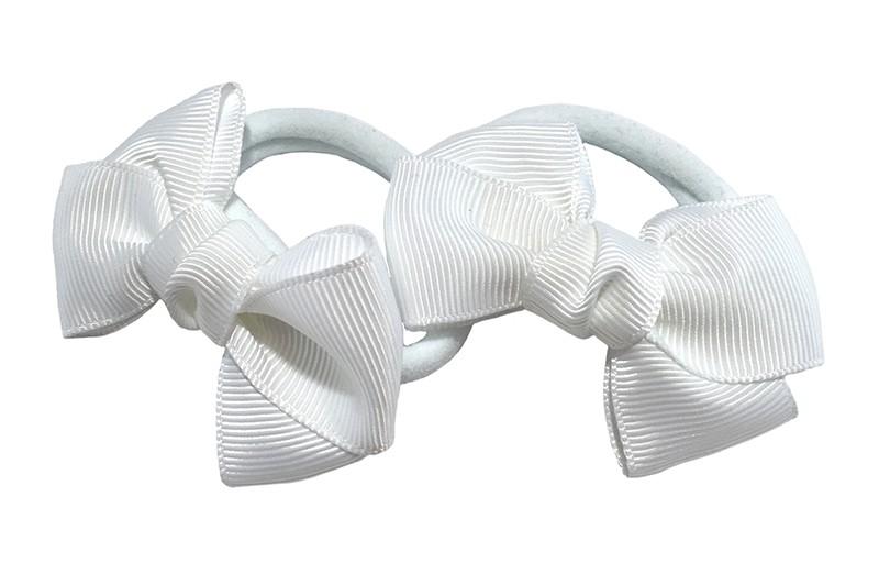 Vrolijk setje van 2 witte zachte haarelastiekjes met op elk een leuk wit strikje van lint.