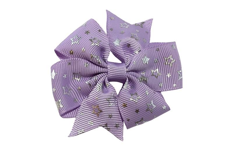 Vrolijke lila paarse haarstrik met zilveren sterretjes.  Op een alligator speldje met tandjes, makkelijk in het haar te zetten.