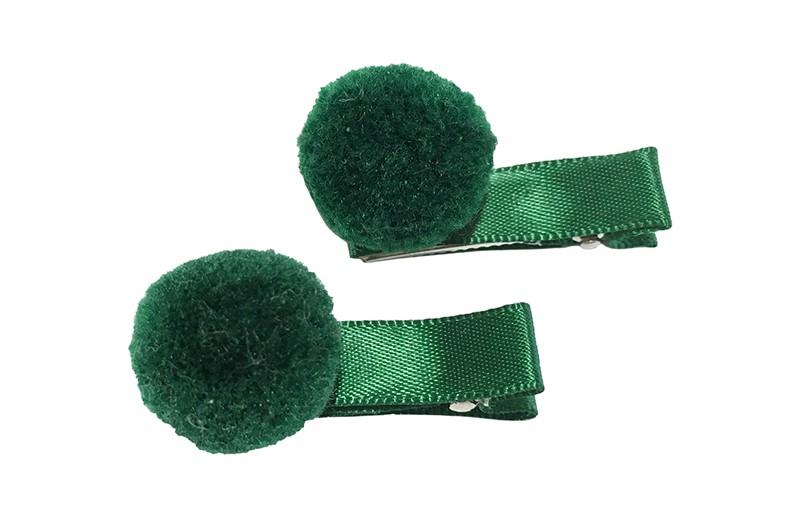 Schattig setje van 2 kleine alligator haarknipjes bekleed met donker groen lint. Met op elk een kleine donker groene pompom. Het haarknipje is ongeveer 3.5 centimeter.