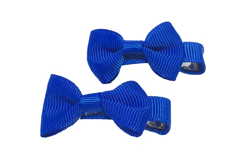 Lief setje van 2 kobalt blauwe haarstrikjes. Op een alligator haarknipje, het knipje is bekleed met kobalt blauw lint.