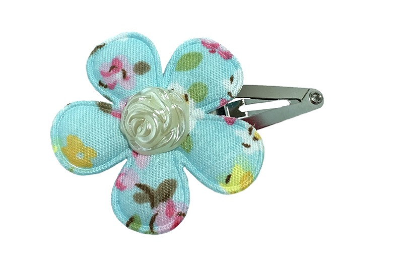 Vrolijk peuter haarspeldje met een licht blauw bloemetje met een vrolijk roosjesdessin. Afgewerkt met een pareltje in de vorm van een roosje.