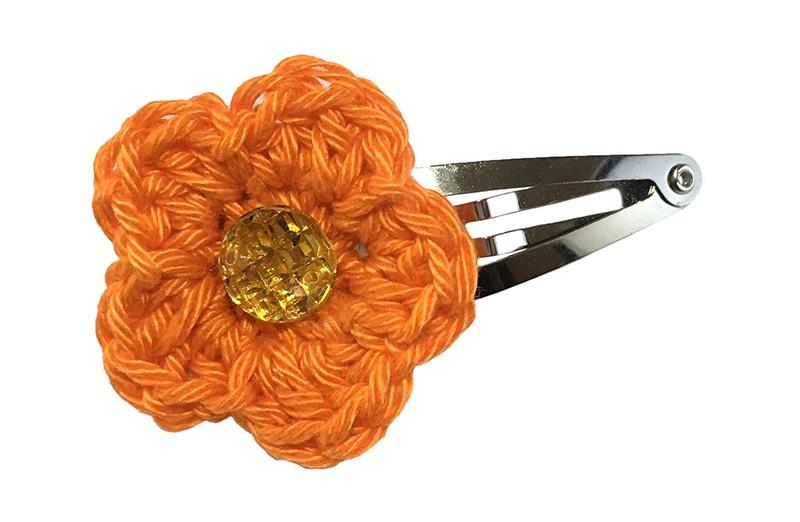 Vrolijk peuter kleuter haarspeldje met een oranje gehaakt bloemetje. Met daarop een klein goud geel pareltje.