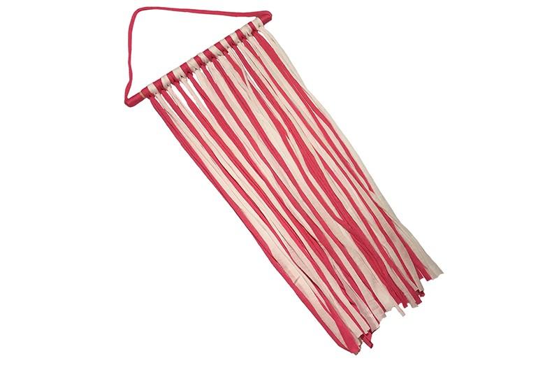 Handig en leuk de haarspeldjes, knipjes en haarstrikken opbergen!  Met deze hanger kun je overzichtelijk de haaraccesoires opruimen en ziet er ook nog eens heel leuk uit.  De fuchsia roze en witte stoffen linten zijn om een houten balkje geknoopt en zijn ongeveer 54 centimeter lang.
