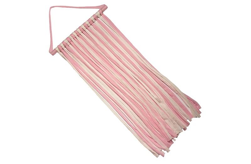 Handig en leuk de haarspeldjes, knipjes en haarstrikken opbergen!  Met deze hanger kun je overzichtelijk de haaraccesoires opruimen en ziet er ook nog eens heel leuk uit.  De roze en witte stoffen linten zijn om een houten balkje geknoopt en zijn ongeveer 54 centimeter lang.