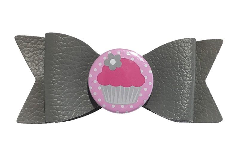 Leuk grijs leren haarstrikje met daarop een hippe button met roze cupcake.