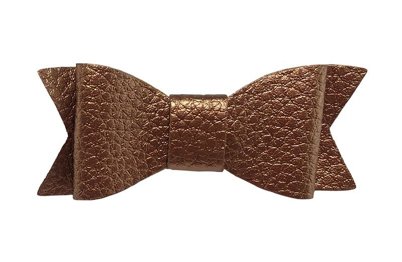 Leuk glanzend brons kleurig haarstrikje van leer (klein). Leuk voor peuter meisjes en grotere meisjes.  Het strikje is vastgemaakt op een handig alligator knipje van 4.5 centimeter bekleed met lint.