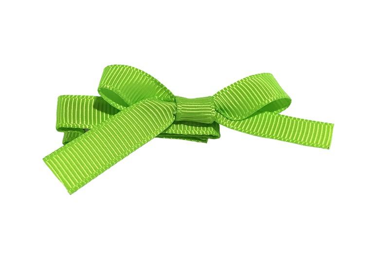 Leuk haarknipje bekleed met fel groen lint. Met daarop een vrolijk strikje van fel groen lint. Het knipje is een alligator haarknipje van ongeveer 4 centimeter.