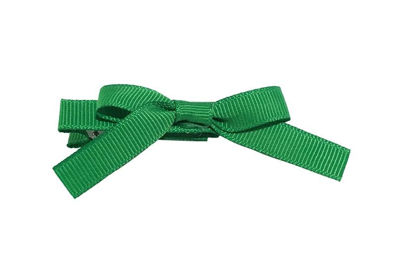 Leuk haarknipje bekleed met groen lint. Met daarop een vrolijk strikje van groen lint. Het knipje is een alligator haarknipje van ongeveer 4 centimeter.