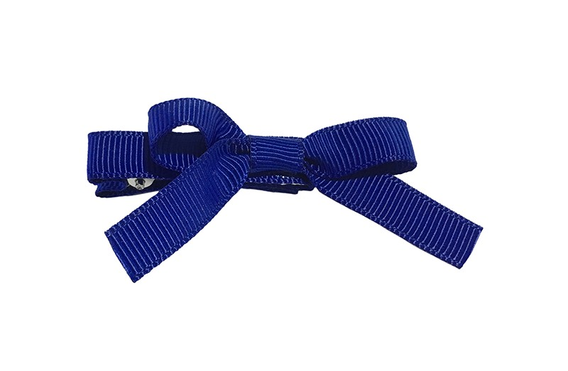 Leuk haarknipje bekleed met kobalt blauw lint. Met daarop een vrolijk strikje van kobalt blauw lint. Het knipje is een alligator haarknipje van ongeveer 4 centimeter.