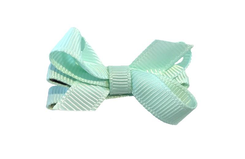 Lief klein haarknipje met een mooi strikje van zacht goen geribbeld lint. Op een alligatorknipje bekleed met zacht groen lint.